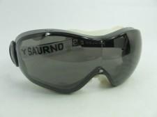 Os óculos Saturno Danny possuem lentes de policarbonato, para proteção  contra impacto com tratamento antir-risco e anti-embaçante. Armação com uma  única ... 2970bf782f